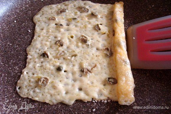 Еще я попробовала сделать трубочку из более толстого слоя сыра. Не доводила его до кипения, просто расплавила и свернула. Это для того, чтобы понять, можно ли на сковороде сделать то, что я предыдущий раз делала в духовке. Можно! Тут у меня правда совсем тоненькие палочки получились, но можно и толще сделать и это легче чем потом снимать сыр с пекарской бумаги. Хотя тоже нужна усидчивость.