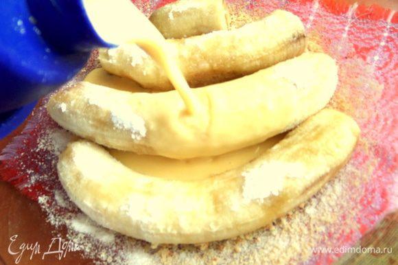 Вылить омлет на бананы. Сверху немного крошки.