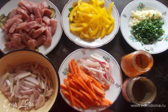 Тем временем, приготовим подлив для лагмана. Мясо, перец, лук, морковь и редис, порежем соломкой, чеснок и зелень мелко.