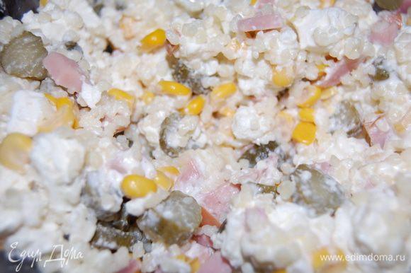 Когда кускус остыл смешиваем его с ветчиной, кукурузой, огурцами и заправляем слегка майонезом. Солить не нужно, т.к. в конце мы еще добавляем брынзу, порезанную небольшими кубиками. Всем приятного аппетита и с праздниками!