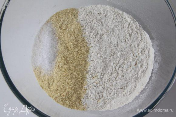 Просеять муку пшеничную и кукурузную, добавить соль, перемешать.
