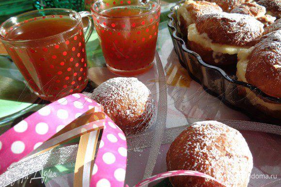 Разрезаем наши пончики пополам, в серединку кладем крем и накрываем верхушечкой. Присыпаем пончики сахарной пудрой и подаем с медовухой. Хороших майский праздников всем!