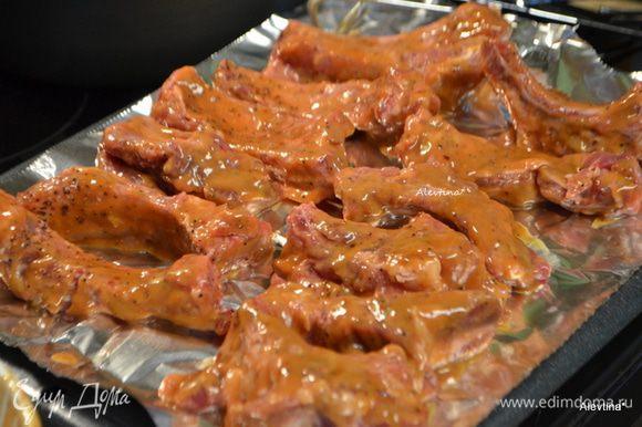 Выложить на противень или гриль смазанный. Поставить в духовку на 1,5-2 часа. Перевернуть раз и вновь смазать соусом.