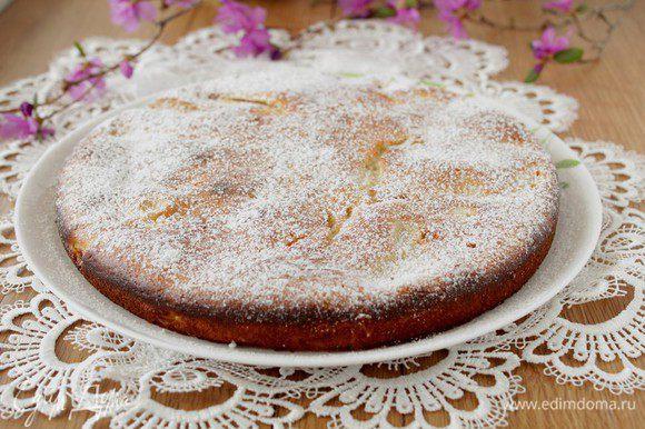 Остудите пирог в форме, затем перенесите на блюдо и посыпьте сахарной пудрой.