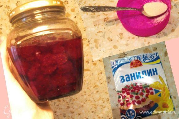 Второе яблочко наполняем сиропом из клубничного варенья, смешанным с манной крупой и посыпаем ванилином. Опять же, варенья можно класть меньше, чтобы не было слишком сладко.