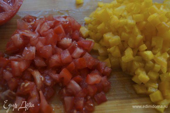 Пока запекается рыбка, приготовим сальсу. Мелкими кубиками режем перец и помидор. Мелко режем лук и рубим зелень петрушки.