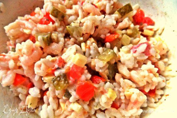 Перемешиваем, солим, перчим, хмели-сунели можно добавить для аромата. Получился уже вкусный пикантный салатик, где все любимые продукты!