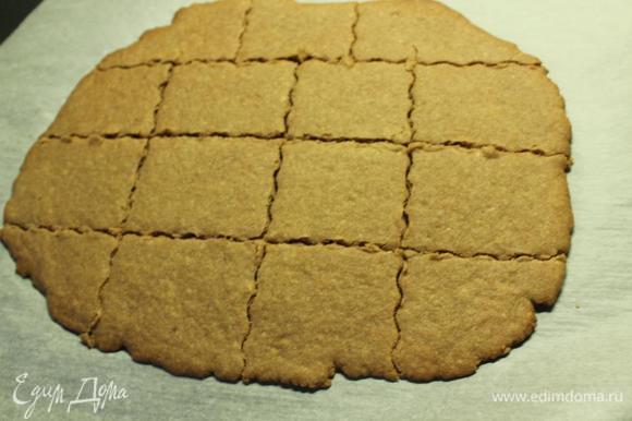 """Вынимаем из духовки и сразу же разрезаем (пока горячее) на печенье желаемой формы и размера. Я просто разрезала фигурным ножом. На фото партия из 1/2 ингредиентов, поэтому их так мало. Можно вырезать формочкой или просто стаканом, а """"обрезки"""" пустить """"в дело"""" позже (на декор, посыпку десертов и т.д.). Даем полностью остыть и приобрести нужную структуру. По желанию декорируем (у меня сахарная пудра). И приятного!"""