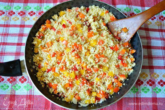 Добавить порезанный перец к кускусу, приправить паприкой, солью по вкусу и перемешать.