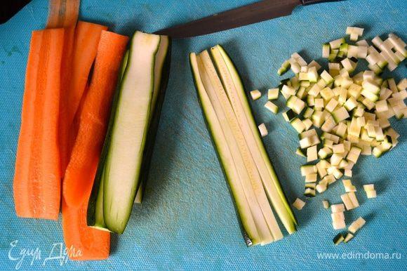 Точно таким же образом нарезать морковь и цукини.