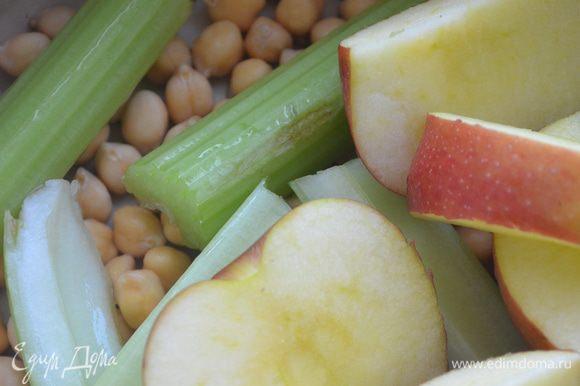 Утром промываем в чистой воде, кладем сельдерей и яблоко (нарезать крупно), лавровый лист, солим.