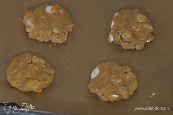 Из теста сформировать небольшие лепешки, выложить на противень на расстоянии 3–4 см друг от друга и выпекать в разогретой духовке 10 минут.