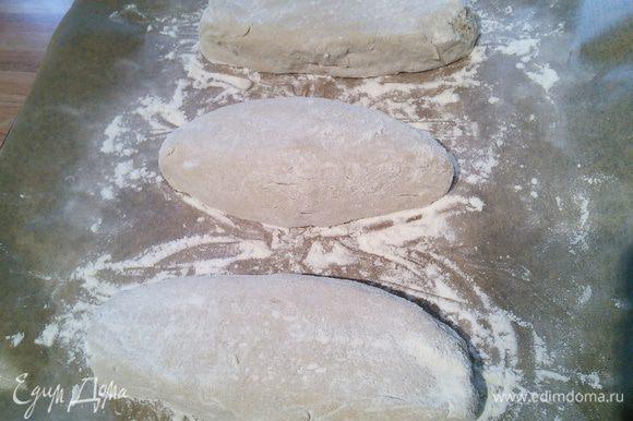 Через 48 часов тесто (аккуратно, не обминая) выложите на посыпанную мукой поверхность и разделите на 3 порции.