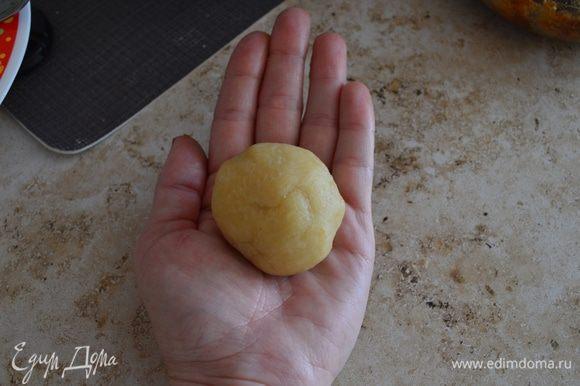 Лепим ракушки - отщипываем немного теста и на ладошках формируем шар (размером примерно как средняя слива).