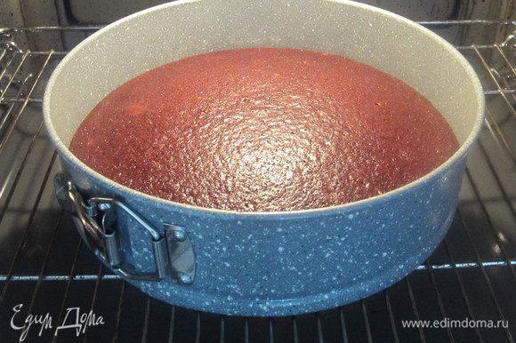 Выпекать в форме 24 см при температуре 160 градусов около 40 минут.