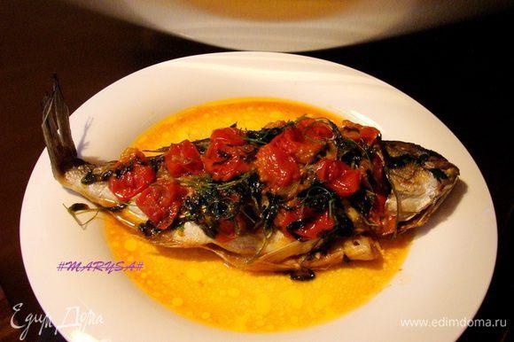 Выложить рыбу на блюдо, сверху помидоры и петрушку, полить бульоном.