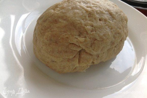 Просеять два вида муки, добавить соль и розмарин. Смешать масло и кипяток. Постепенно подсыпая муку к воде, замесить мягкое тесто. Если тесто липкое, можно добавить пшеничной муки! Оставить тесто отдохнуть 15-30 минут.