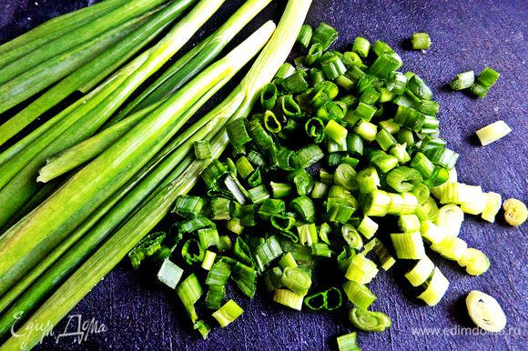 Зелёный лук мелко нарубить.