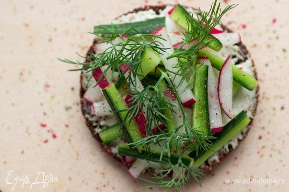 С салатом из редиса, огурца и укропа.