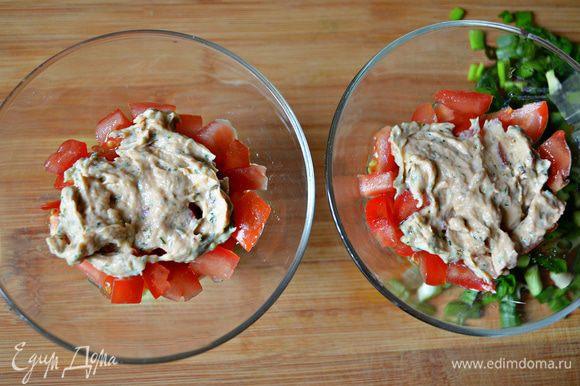 В салатник положить в произвольном порядке нарезанные томаты, авокадо, чечевицу, каждый слой промазывая соусом. Соус получается достаточно густым. Для более жидкой консистенции - можно немного уменьшить количество форели и увеличить количество йогурта.