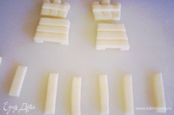 Изготавливаем мебель садовую. Белую мастику режем на полоски. И соединяем детали.