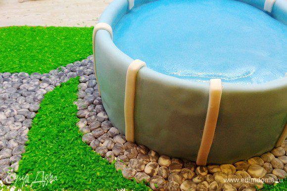 Посыпаем газон при помощи кокосовой стружки подкрашенной в зеленый цвет.