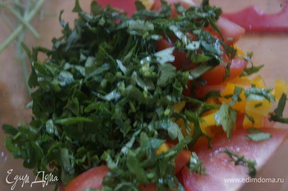 Зелень укропа и петрушки измельчаем. Овощи и зелень выкладываем в салатник.