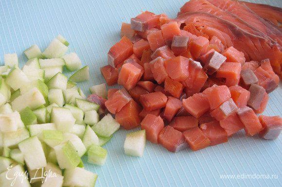 Яблоко и 2/3 лосося нарезать кубиками, оставшуюся треть тонкими ломтиками.