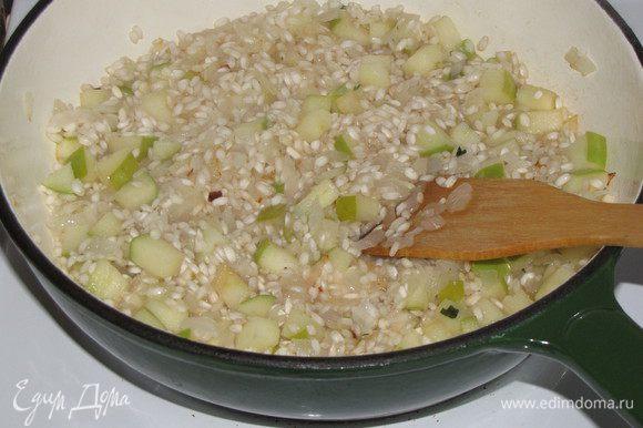 Добавить рис, жарить 1 минуту.