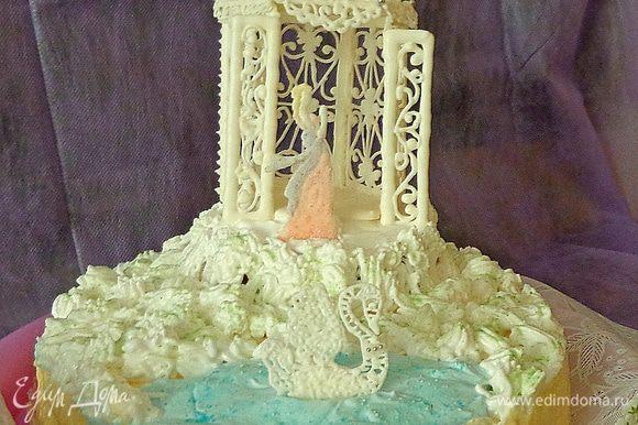 Белковой массой покрыть поверхность торта. Это надо сделать для того, чтобы айсинг не растаял на сливочном креме. Только после этого установить все детали из айсинга.