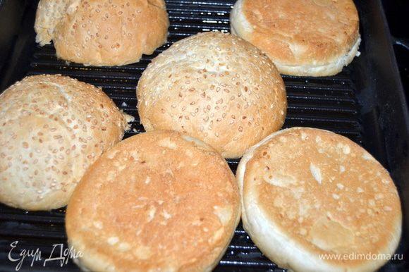 Булочки разрезать пополам и подсушить на горячей сковороде без масла.