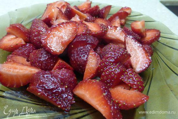 В оригинальном рецепте использовались кружочки консервированного ананаса. Я заменила ананас на клубнику . Клубнику нарезать кусочками, у меня они довольно крупные.