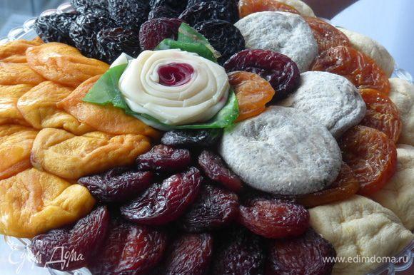 """А это сухофрукты, привезенные в подарок из Армении. Они часто используются в низкокалорийных десертах. Я ничего не стала с ними готовить, поскольку просто было жалко их резать, перемалывать, с чем-то смешивать, настолько они оказались хороши сами по себе . Съела их так сказать """"живьем""""."""