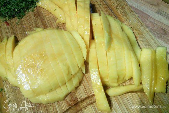 Спелый манго очищаем от кожуры, срезаем мякоть с косточки и режем ломтиком.