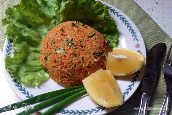 """Подавать лучше охлажденным с листьями любого зеленого салата. Приятного аппетита. ** Сервировать можно тоже по-разному. Один из способов показан на фото. Плотно уложить в небольшую емкость типа пиалы, потом накрыть тарелкой и резко перевернуть все это сооружение. Немного встряхнуть, пиалу снять. Получится """"горка"""" из салата. Декорировать листьями зеленого салата, лимоном. А также можно просто уложить в большой салатник или насыпать горкой в плоскую большую тарелку. Приятного аппетита!"""