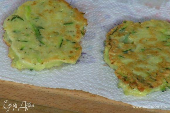 В отдельной сковороде разогреть 1 ст. ложку оливкового масла и пожарить оладушки с двух сторон, затем переложить на бумажное полотенце.