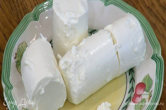 Козий сыр измельчить руками.