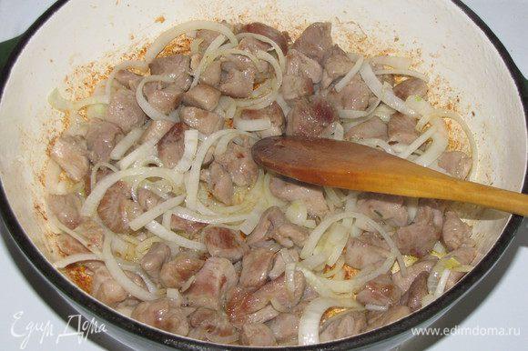 Добавить лук и готовить 3-5 минут.