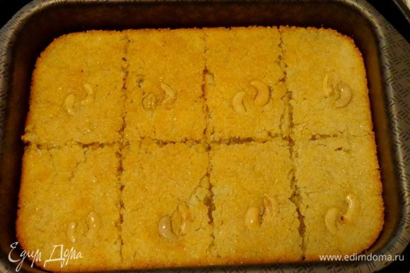 Испеченную и немного охлажденную основу порезать на кусочки и залить сиропом прямо в противне.