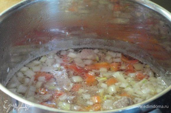 Лук и чеснок нарезать мелкими кубиками. В кастрюлю влить воду и выложить мясо. Довести до медленного кипения и собрать пенку. Затем добавить лук, чеснок, томатную пасту (я использовала свежий помидор, очистив его от кожицы и нарезав кубиками), растительное масло и винный уксус. Варить под крышкой на слабом огне 1 час (для свинины) или 1,5 часа (для говядины).