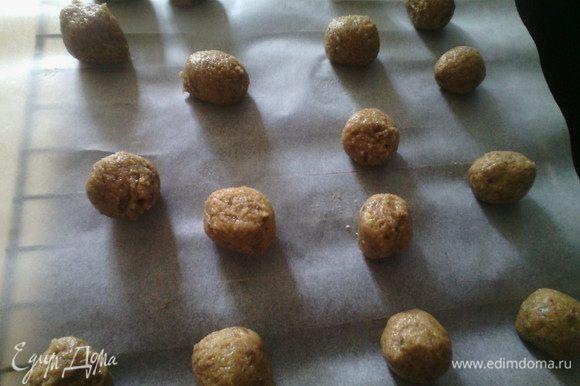 Сделать шарики с грецкий орех выпекать в заранее разогретой духовке 160 ° 12 минут.