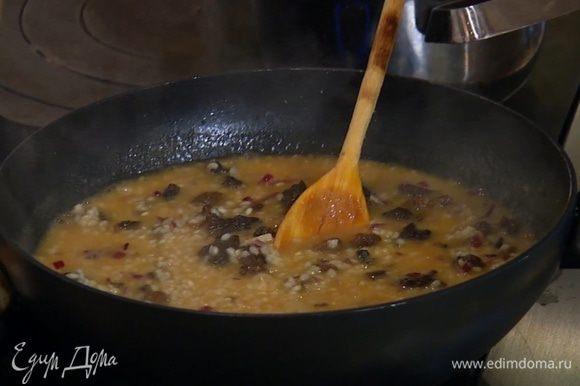 За несколько минут до готовности рис посолить, добавить грибы (резать их не обязательно).