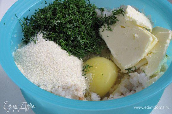 Добавить в фарш яйцо, манку, укроп, размягченное сливочное масло. Посолить и поперчить по вкусу. Манку добавляем обязательно, она впитает лишнюю влагу из фарша и придаст котлеткам пышность.