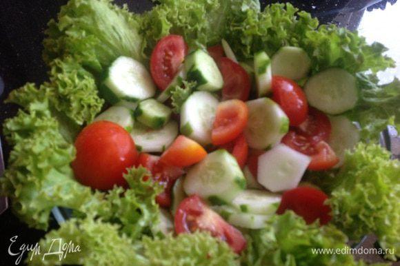 Разложите листья салата в глубокой миске, выложите огурцы с помидорами, посолите и приправьте перцем.