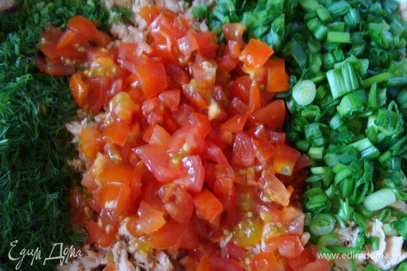 Зеленый лук, помидоры и пол пучка укропа измельчить.