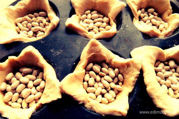 Насыпаем сухую фасоль или горох и выпекаем минут 7-10 при 180*. Затем вытряхиваем фасоль, заполняем сырым паштетом и продолжаем запекать до готовности, пока паштет в центре не схватится.