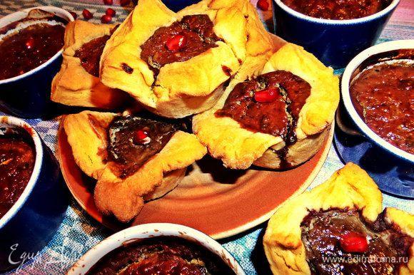 Такие пироги или отдельные формочки удобно взять с собой на пикник.
