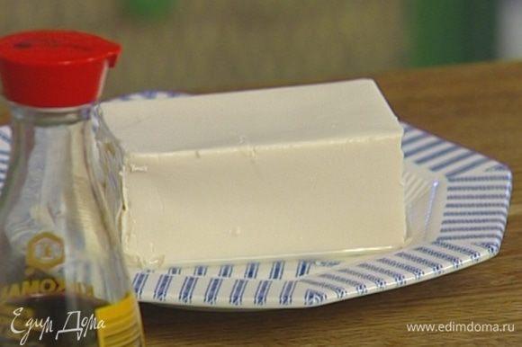Тофу нарезать небольшими кусочками.