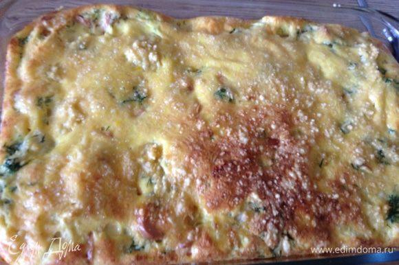 Присыпать тертым сыром, поставить в духовку при 190С на 25-30 минут. Нарезать на порционные куски. Приятного завтрака.