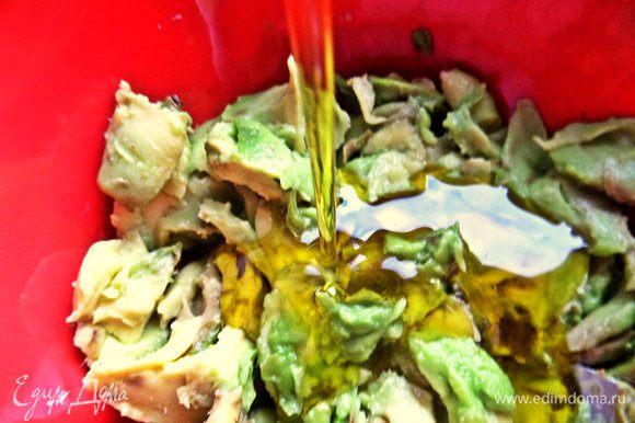 Для заправки очень мягкий авокадо размешать с маслом.
